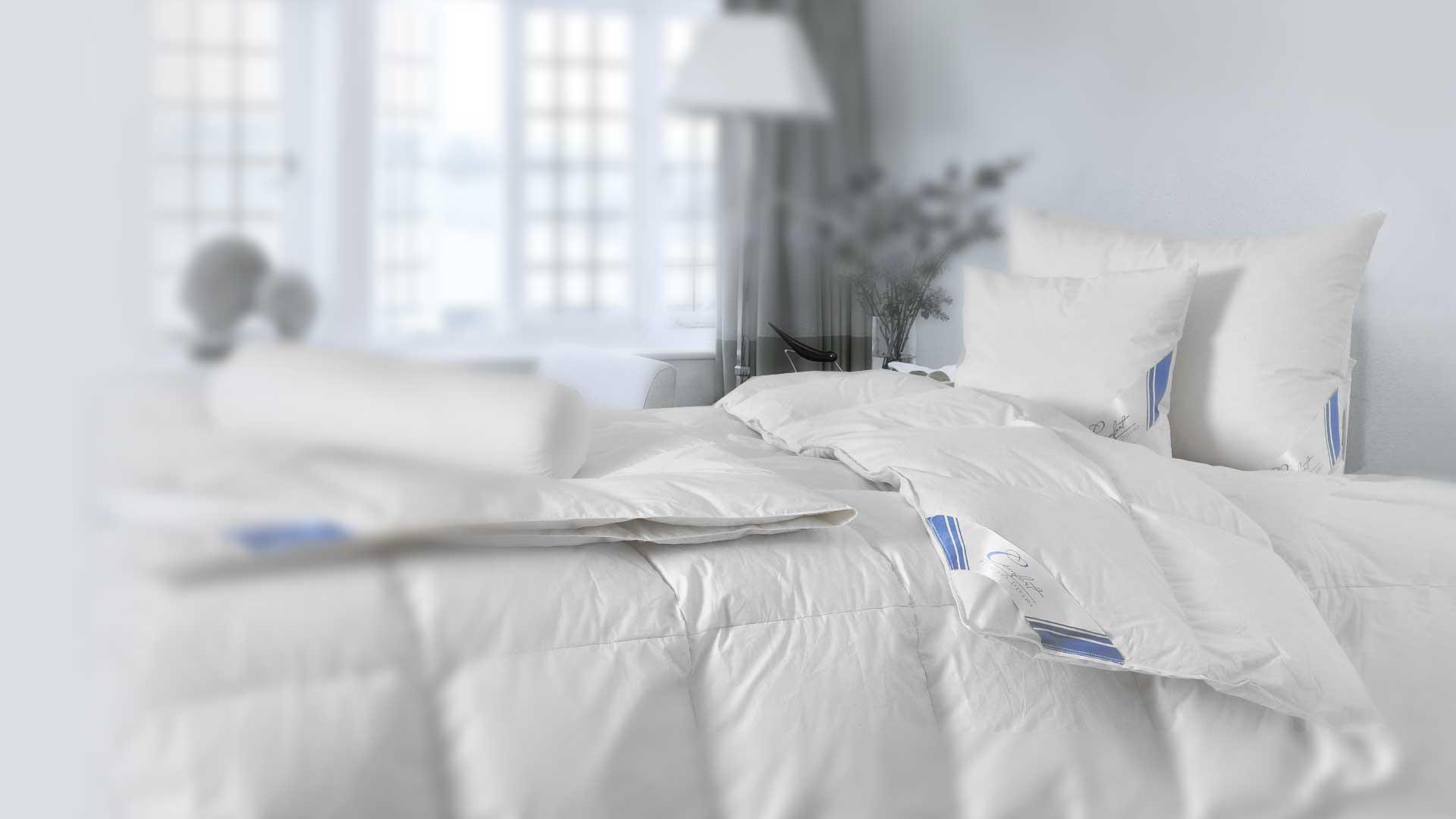 עיצוב מיטה בשמיכות וכריות פוך